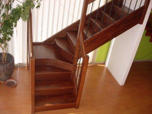 Scale di legno con ringhiera di legno