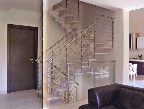 Scale con gradini di legno e ringhiera di acciaio
