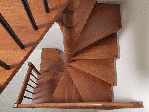 Scale di legno a spirale in legno