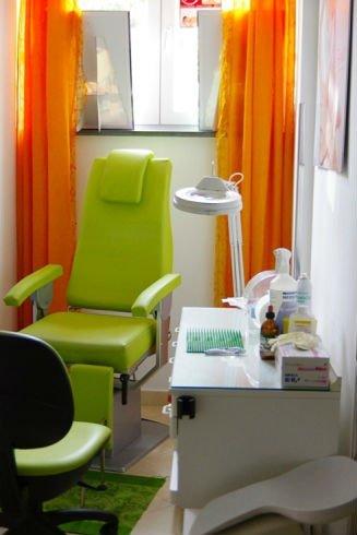 Sala di trattamento con sedia verde pistacchio