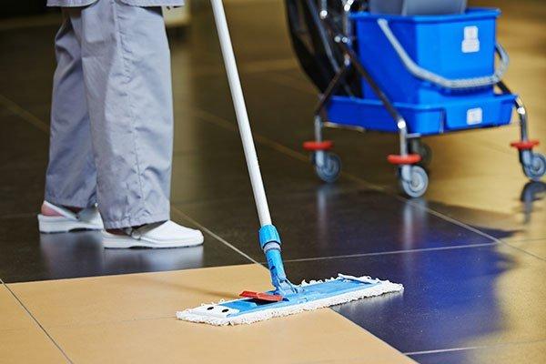 donna che sta pulendo il pavimento
