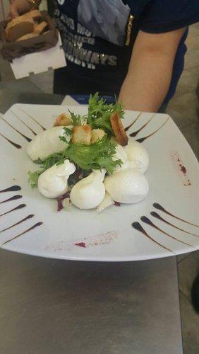 piatto creativo con mozzarella di bufala e contorno di verdure