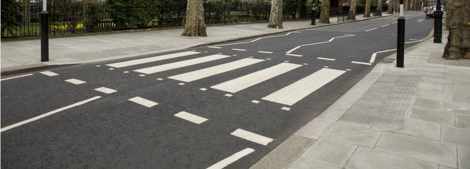 strisce pedonali e segnaletica stradale