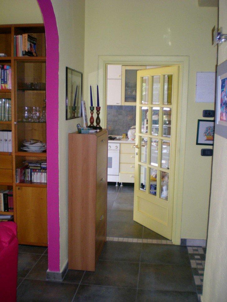 interno di una casa con vista di una porta gialla