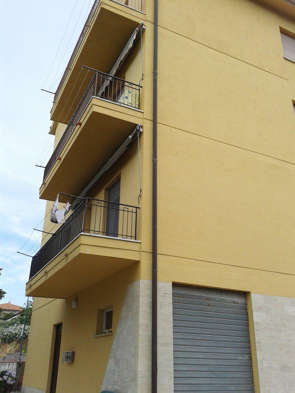 Vista dei balconi di uno stabile di color giallo