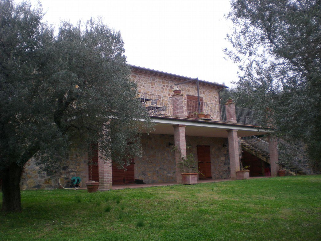 Una villa in pietra con e due ulivi