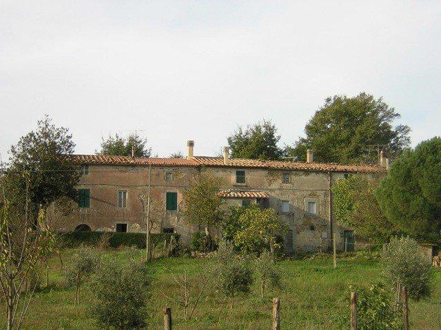 Una casa con delle finestre di color verde
