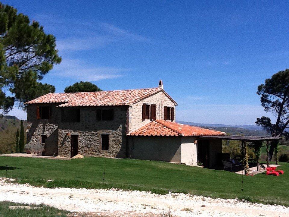 Una casa in pietra con una tettoia in legno