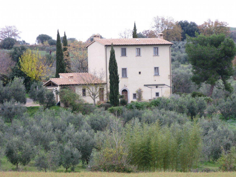 Una villa a tre piani vista da distanza