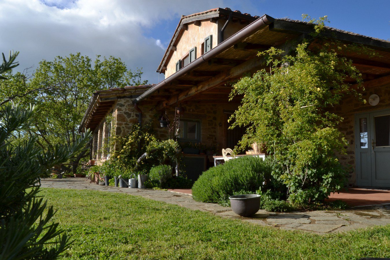 Un villa in pietra a due piani con un patio grande