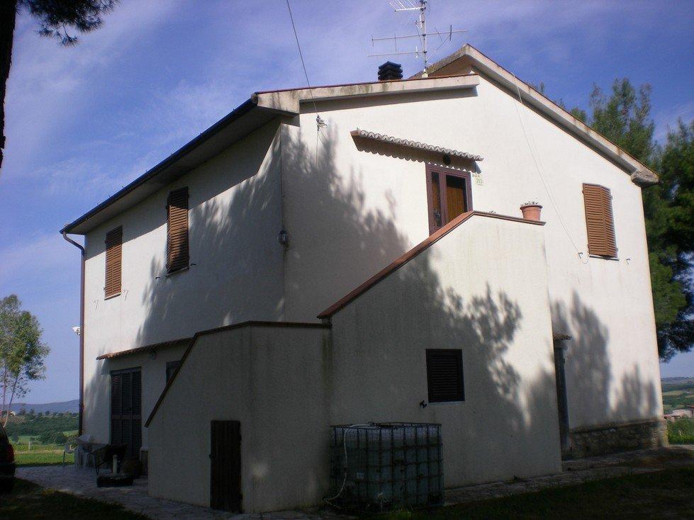 Una villa di due piani e vista del cielo azzurro