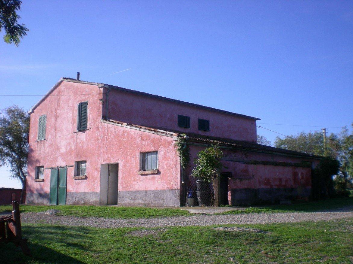 Una villa a due piani di color rosa
