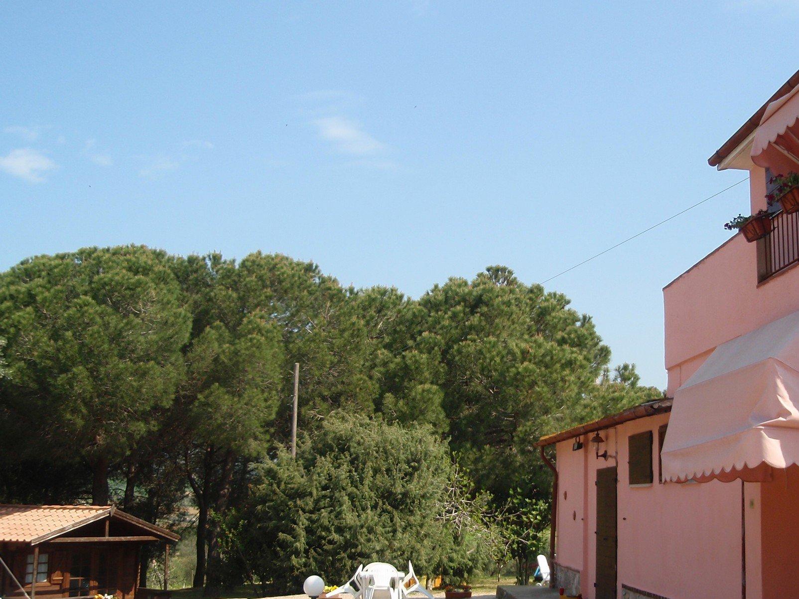 Un casa con la facciata di color rosa