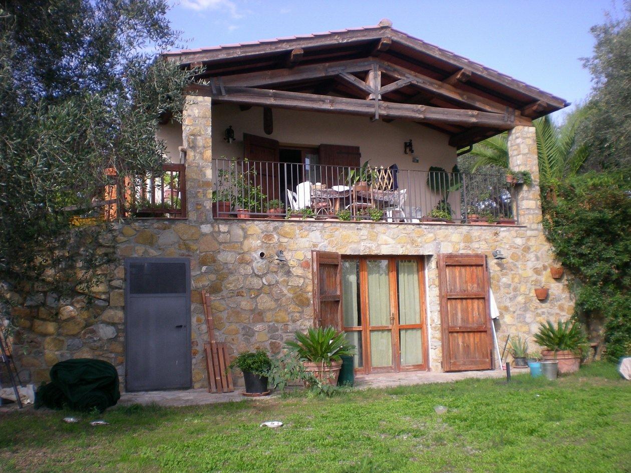 Una villa di tre piani con balconi