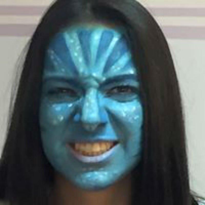 il viso di una donna dipinto di colore blu e azzurro