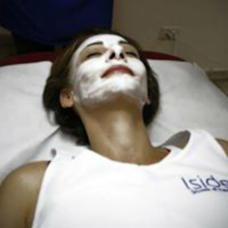 una donna con una maschera facciale bianca