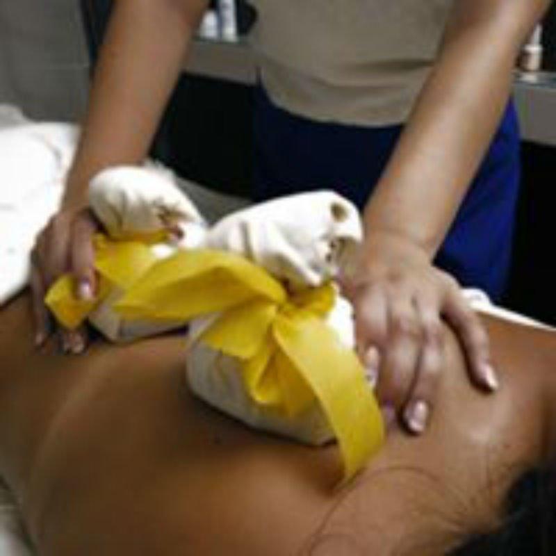 due mani che tengono dei sacchetti con dei nastri gialli appoggiati sulla schiena di una donna