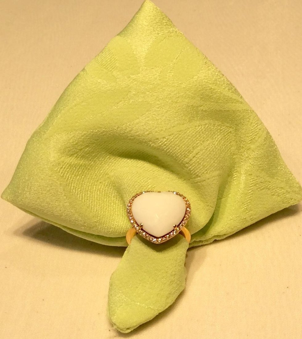 anello con pietra bianca