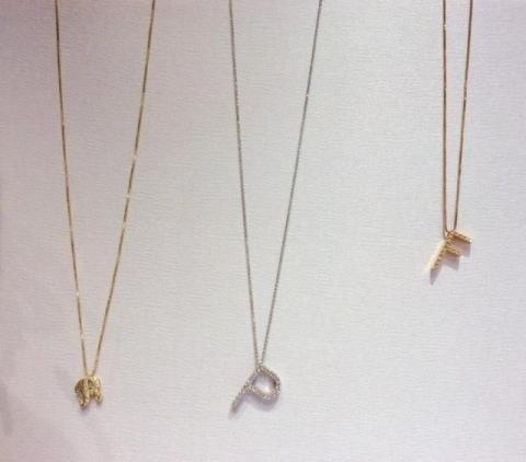 collana con pendente inziale