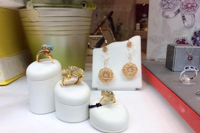 anelli e orecchini pendenti