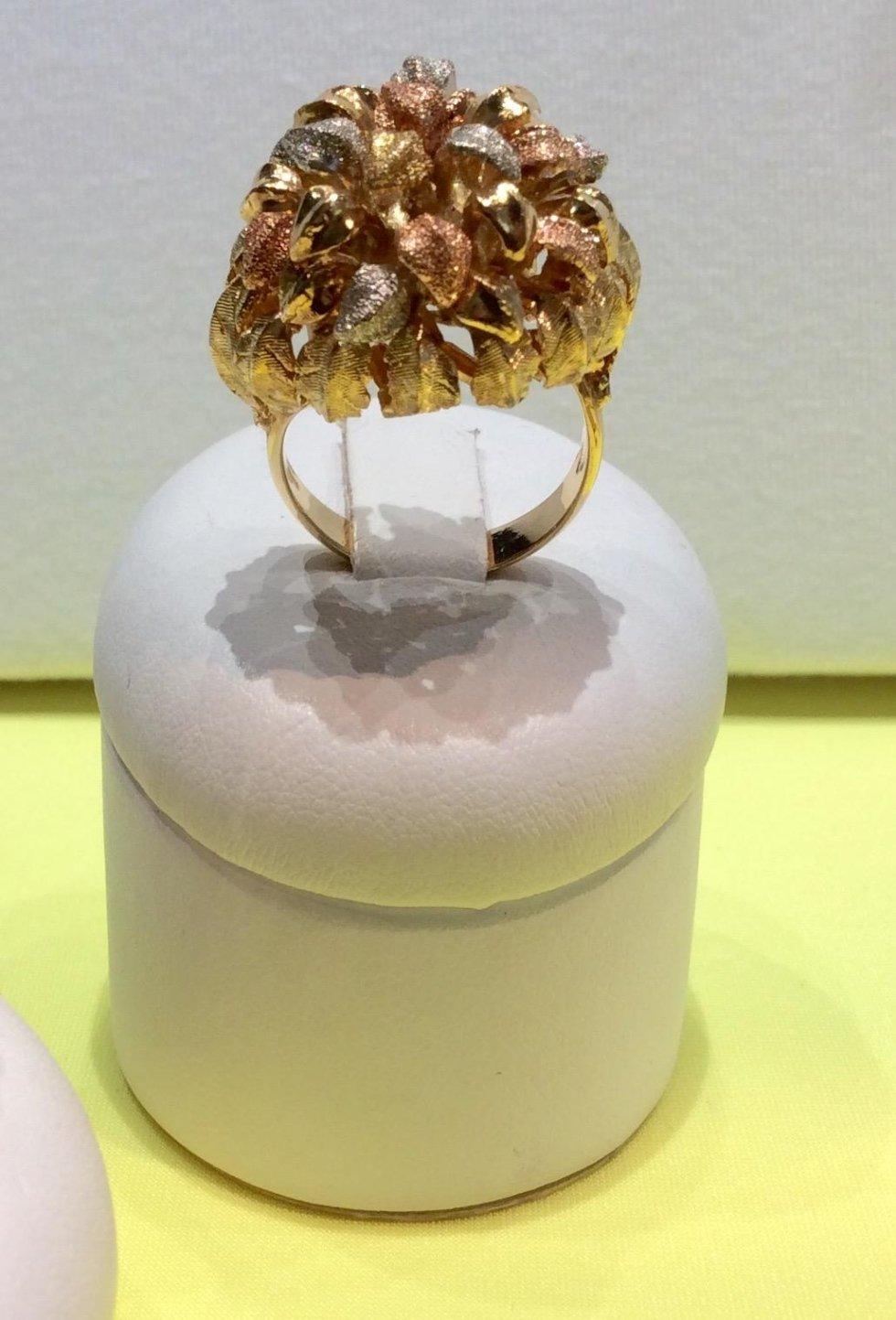 anello con pietre