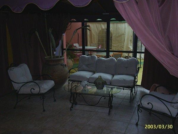 un divanetto e delle poltrone da esterno