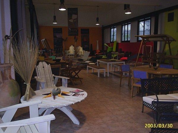 dei tavoli e altre forniture da esterno