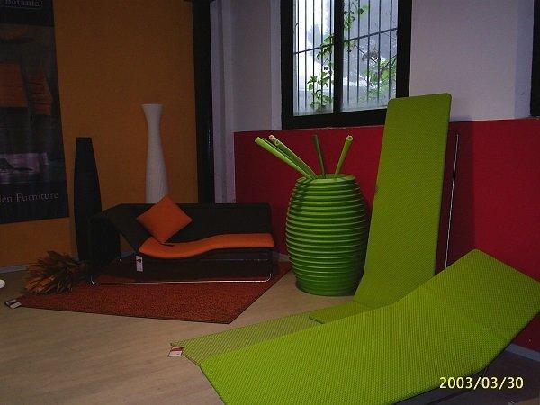 tappetini verdi un vaso e un divanetto nero