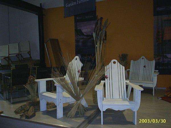 delle sedie bianche da esterno