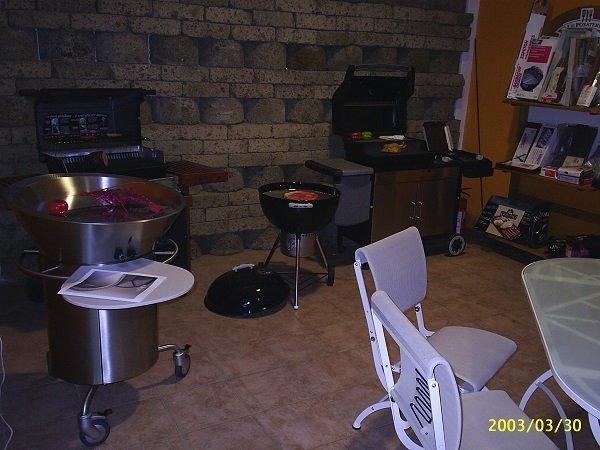 dei barbecue, delle sedie e dei  tavoli da esterno