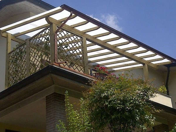 una copertura su un balcone
