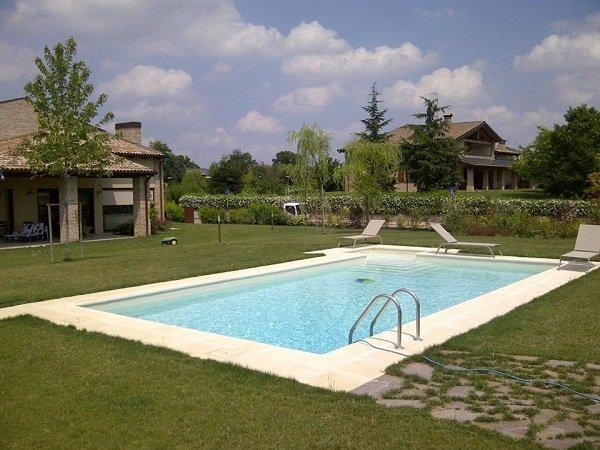 una piscina in un giardino