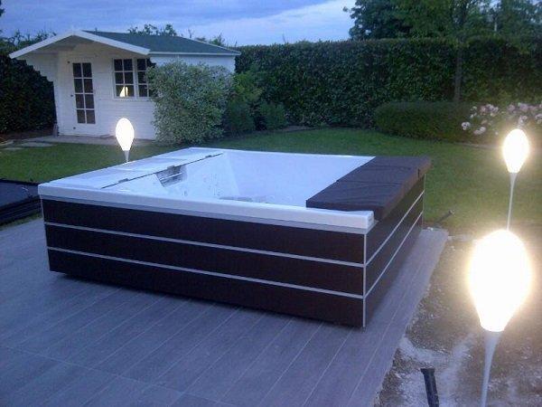 una vasca in un giardino con dei lampioni attorno