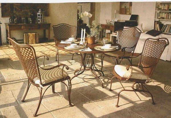 un tavolo e delle sedie
