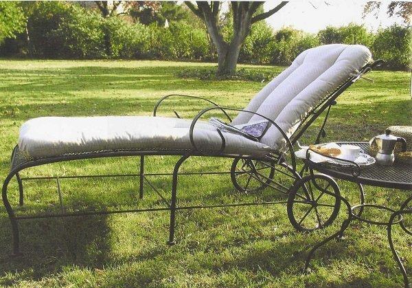 sdraio in un giardino con delle rotelle