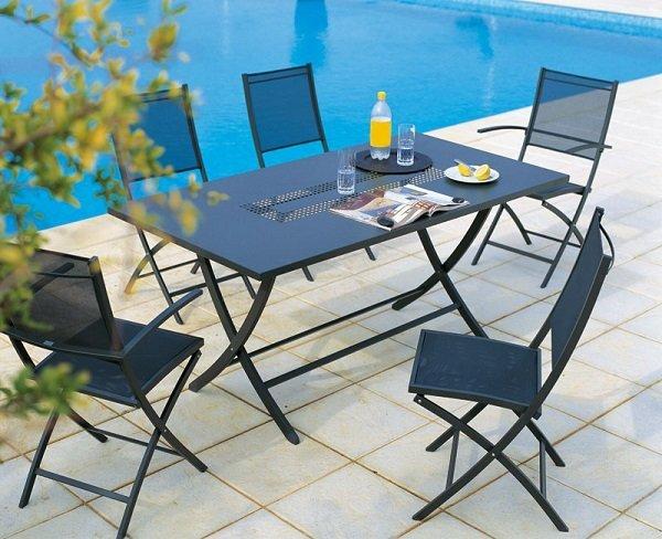 un tavolo nero in ferro battuto con delle sedie