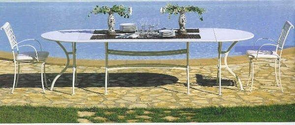 un tavolo in ferro bianco con 2 sedie e sopra due piccole palme