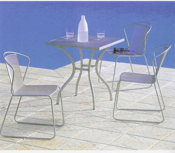 un tavolo in ferro bianco con 3 sedie