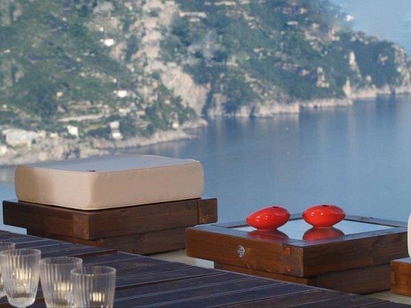 due  due pouf in legno con vista delle montagne e del lago