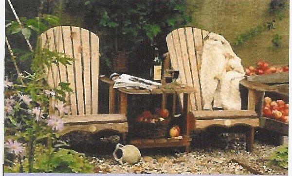 sedie in legno e in mezzo a un tavolino