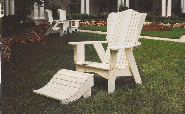 una sedia in legno con un poggiapiedi in un giardino