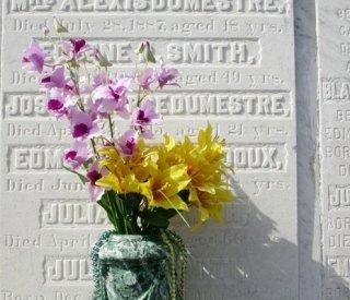 vaso con fiori su lapide