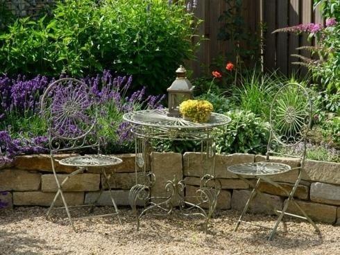 realizzazione di aree verdi con pavimentazione in ghiaia e muretti in pietra