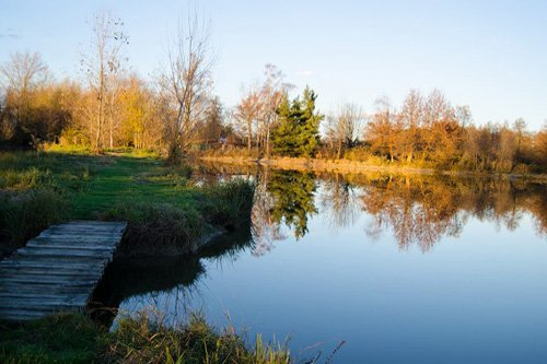 lago con sentiero
