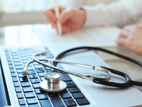 Visita medica con certificato tasteria e stetoscopio