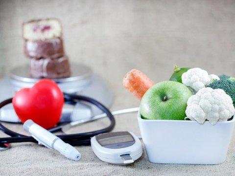 Servizi di diabetologia con frutta e verdura in un cesto