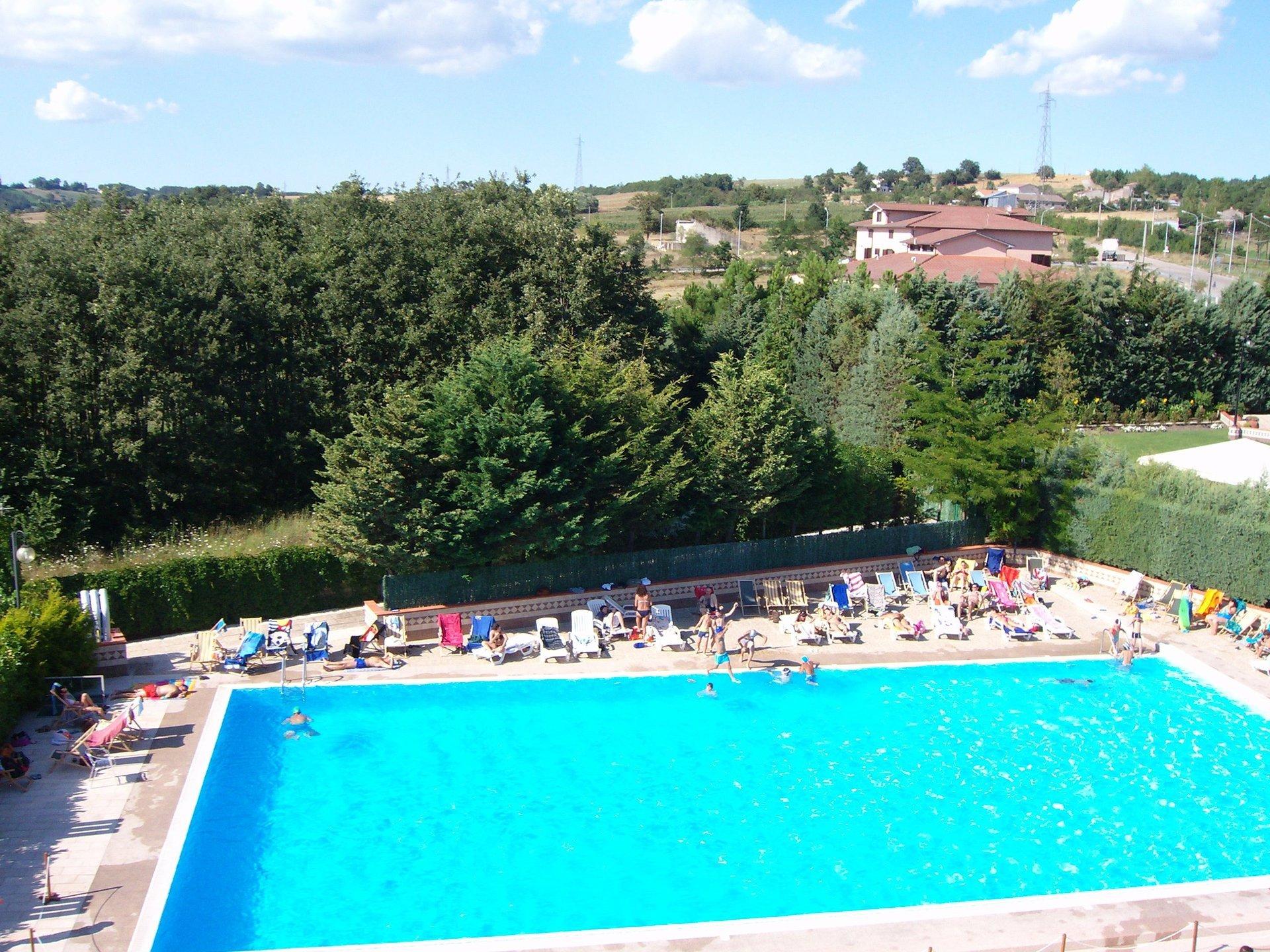 Vista aerea di una piscina semiolimpionica