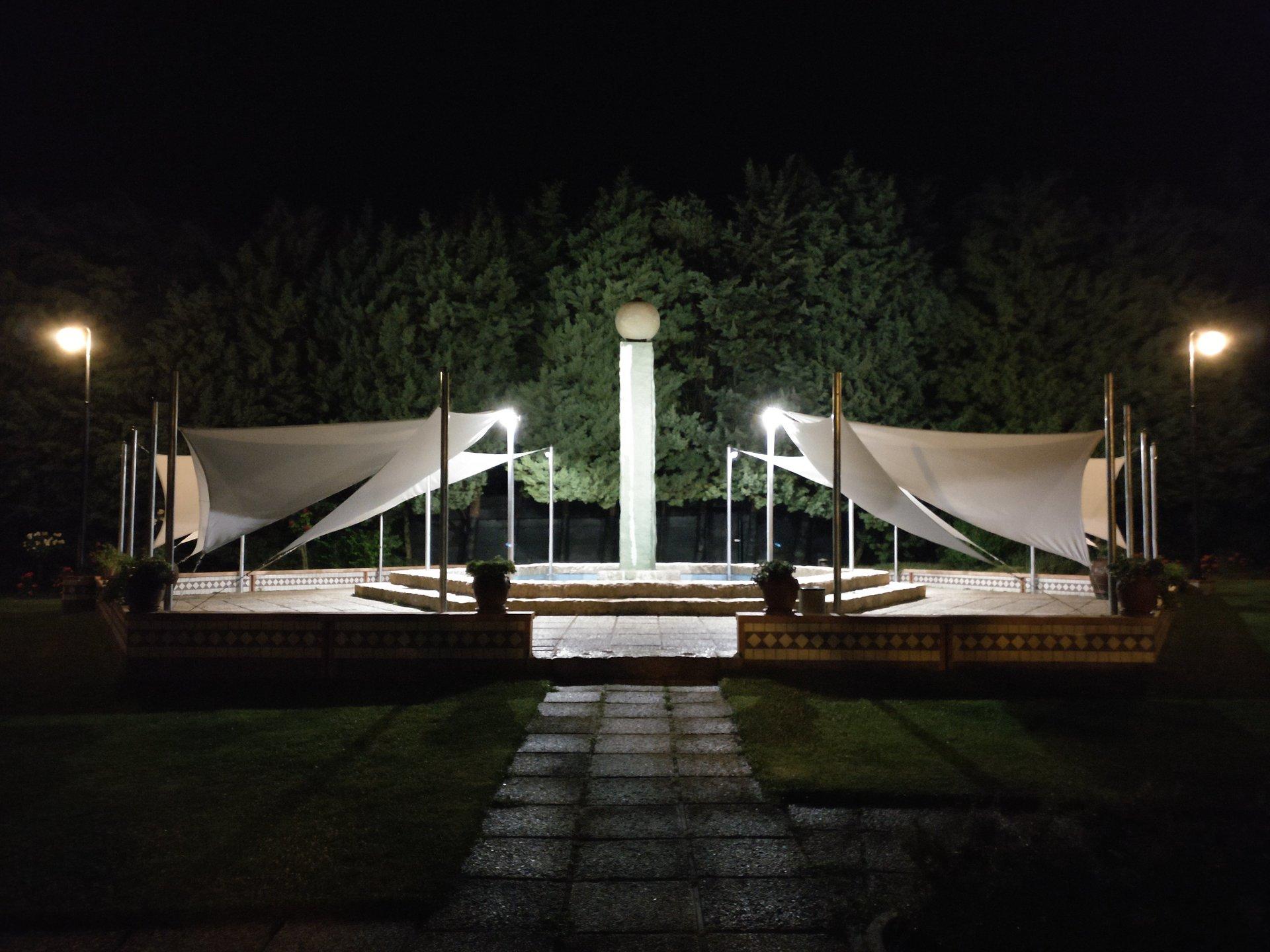 vista di gazebi illuminati di sera