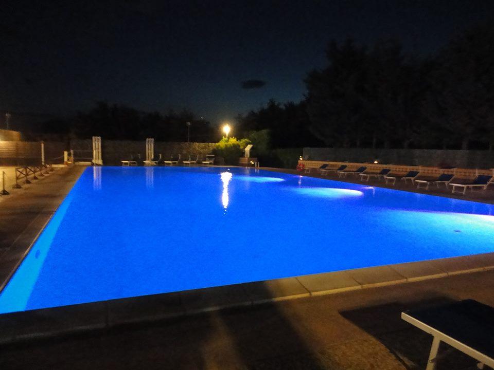 una piscina illuminata di notte