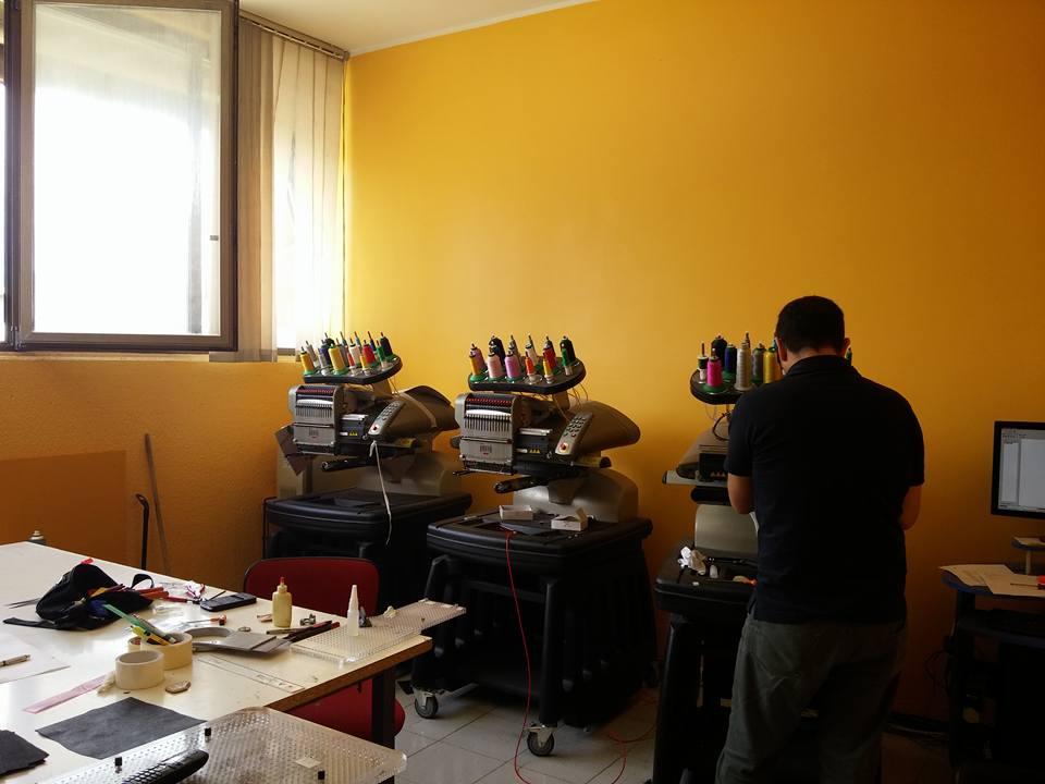 laboratorio con macchinari per colorare e verniciare
